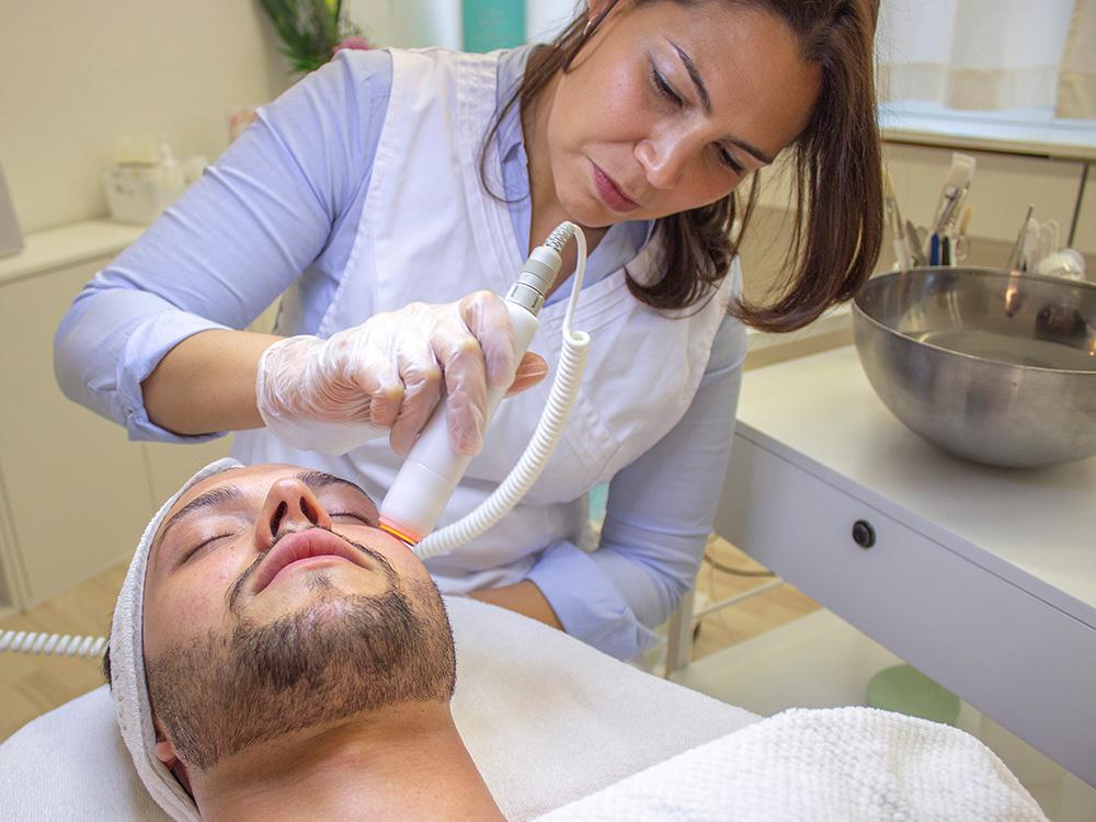 Gesichtsbehandlung mit Laserpeeling