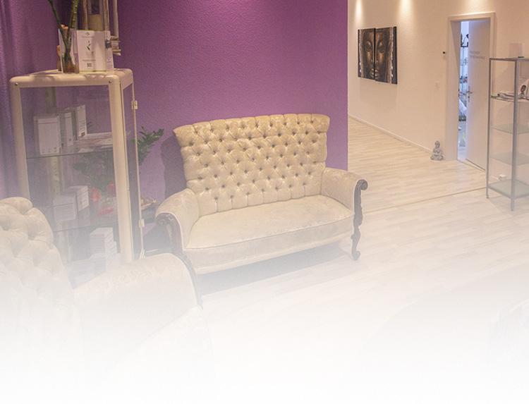 Gemütlicher Platz mit Sofa und Sessel